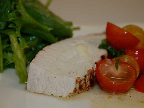Mozzarellagrillad kalkonfilé med tomatsalsa & späd spenatsallad