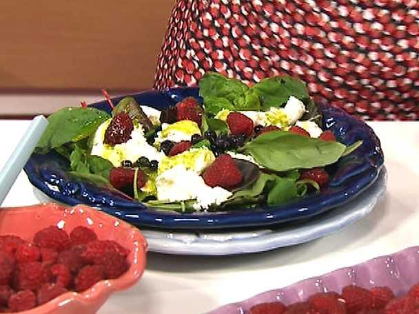 Mozzarellasallad med blåbär, hösthallon och basilika