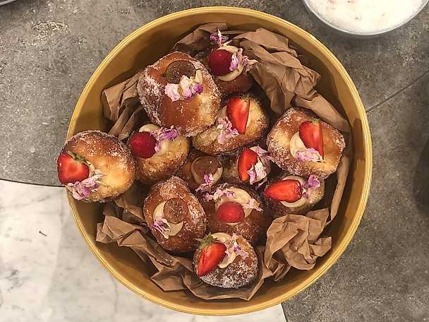 Munkar fyllda med roskräm