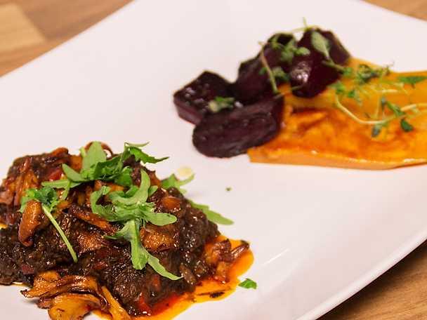 Mustig högrevsgryta med smak av hösten serveras med betor och sötpotatis