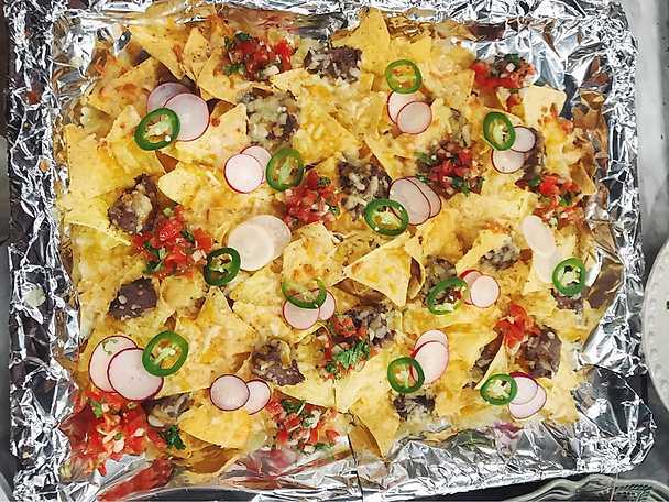 Nachos med svart bönröra, rädisor, jalapenosås och cheddar