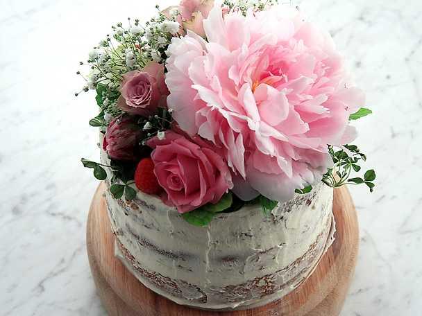 Naked cake med jordgubbar och blommor