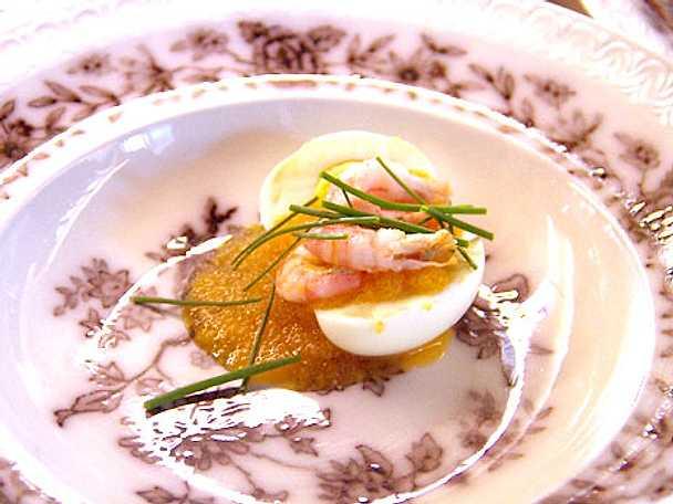 Nässelsoppa med ägg, löjrom och räkor