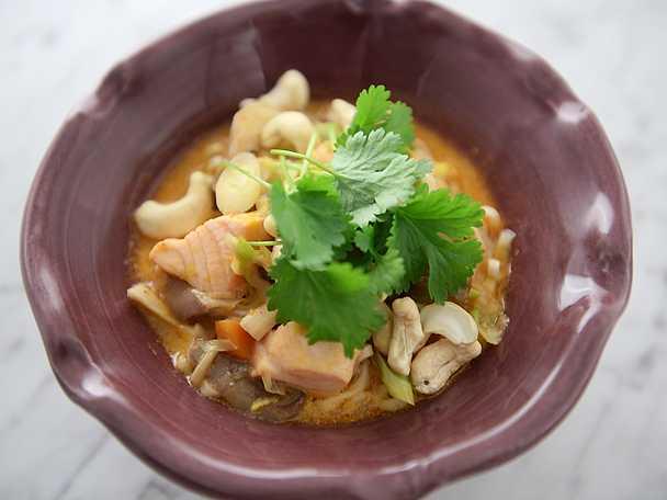 Nudelsoppa med lax och röd curry