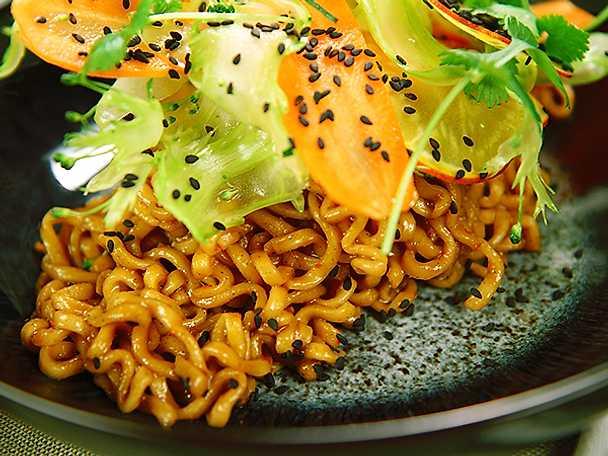 Nudelwok med råa grönsaker och koriander