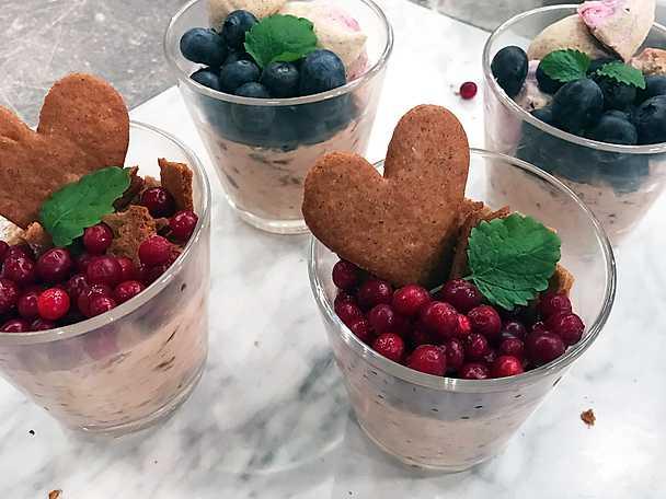 Nutellamousse med bär och pepparkakscrunch