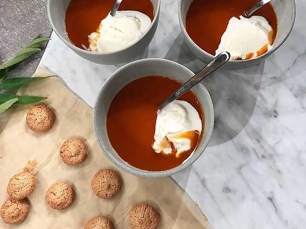 Nypon- och havtornssoppa med mandelbiskvier och vaniljglass