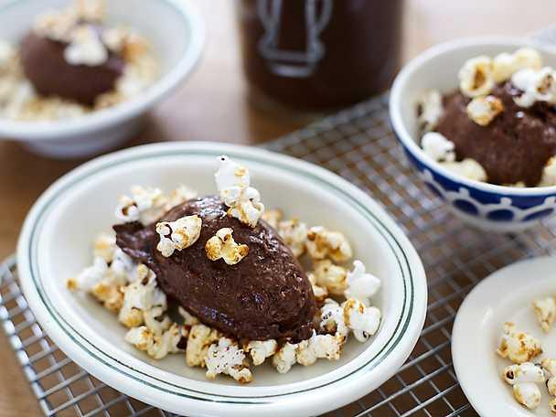 Nyttig chokladglass med karamellpopcorn