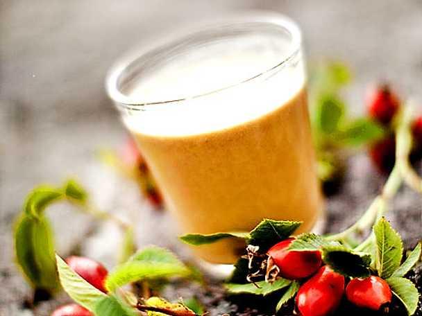 Nyttig smoothie med nypon, proteinpulver och linfröolja
