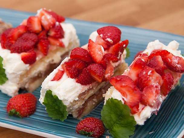 Ölandsbakelse med smak av rabarber, jordgubbar och fläder