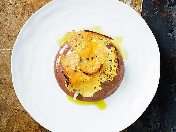 Olivoljeglass med mörk chokladcremeux och surdegsflarn