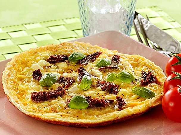 Omelett med tomat, ost och basilika