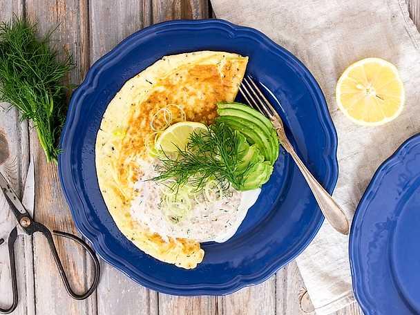 Omelett med tonfiskröra och avokado