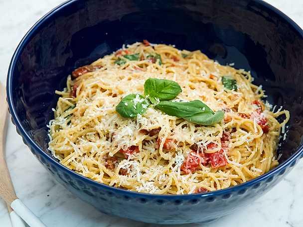 One pot pasta med basilika och soltorkade tomater