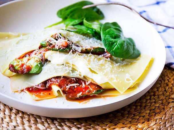Öppen lasagne med tomatsås, parmesan och majonnäs