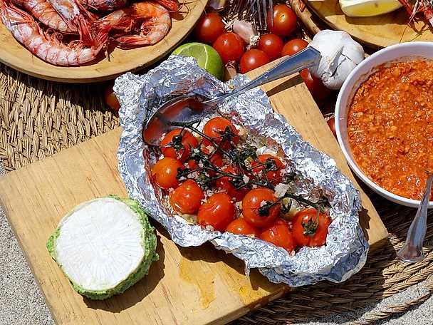 Örtfylld brie med snabbrostade tomater