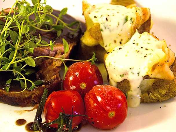 Franska kotletter med pressad potatis och tomatsallad
