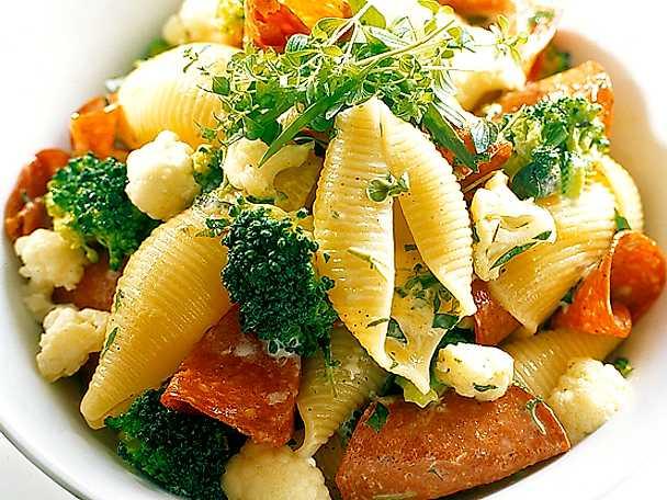 Örtig pasta med salami, blomkål och broccoli