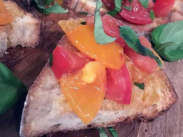 Örtrostade tomater på surdegsbröd med pumpafröpesto