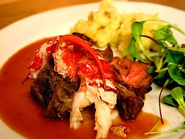 Örtstekt hjortryggbiff med hummer, tryffelsky och mandelpotatispuré