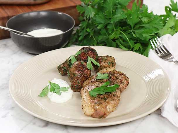 Örtstekta lammkotletter med rostade jordärtskockor och salt citronyoghurt
