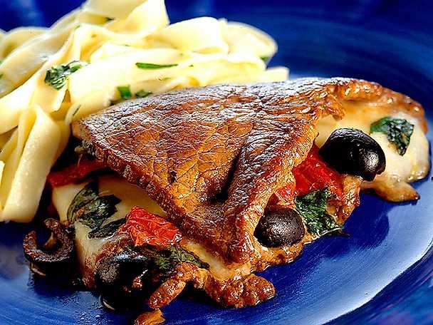 Ost- och olivfylld lövbiff med spenat och tomat