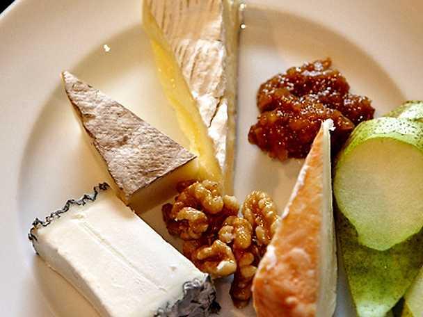 Ostbricka med fikonmarmelad och valnötter