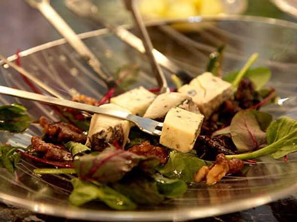 Ostbricka med karamelliserade valnötter på mangoldskottsbädd