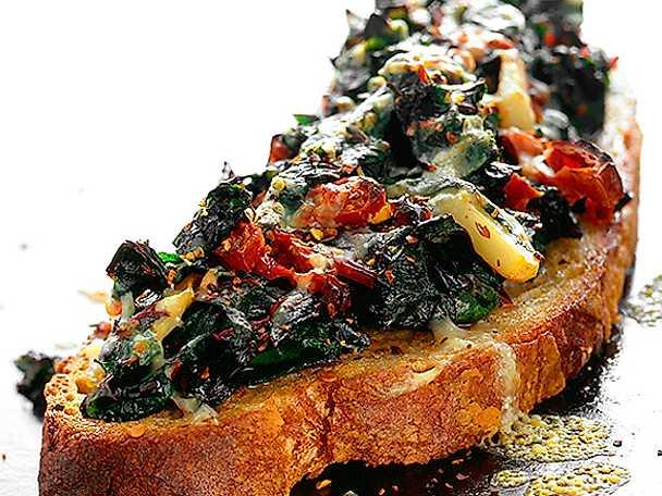 Ostgratinerad smörgås med mangold, soltorkad tomat och vattenkastanj