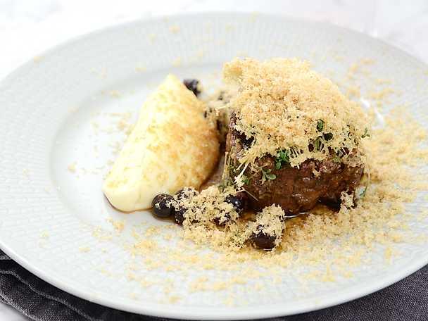 Oxfilé med rotsellerikräm, ingefärsinlagda svarta vinbär och rivet hasselnötsmör