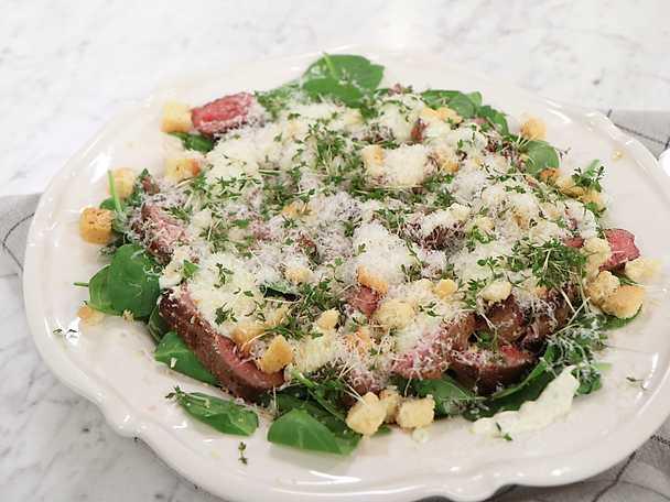 Oxfilé med sallad på rostad broccoli, paprika, parmesan och vitlöksdressing