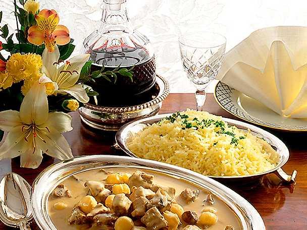 Oxfrikassé med minilök och pressad potatis