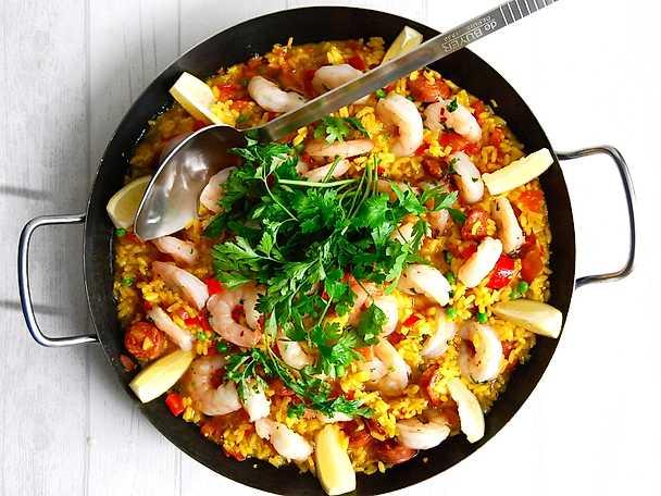 Paella med jätteräkor och spansk chorizo