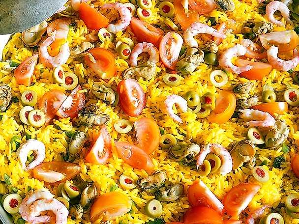 Paella med kyckling, räkor och svamp