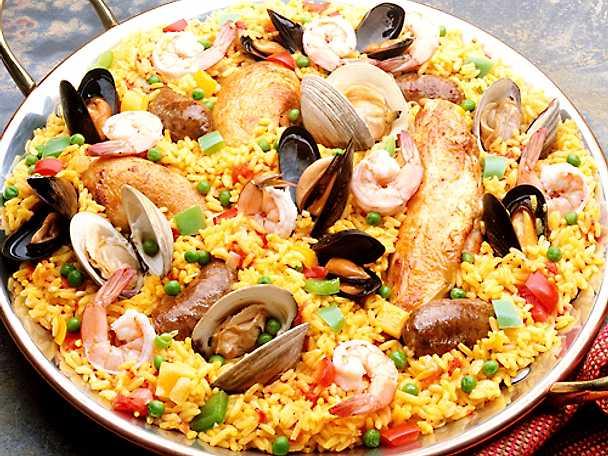 Paella med kyckling, räkor och två sorters musslor