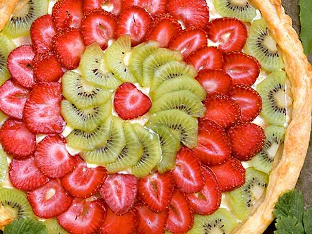 Paj med jordgubbar och kiwi