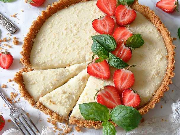 Paj med vit choklad och färska jordgubbar