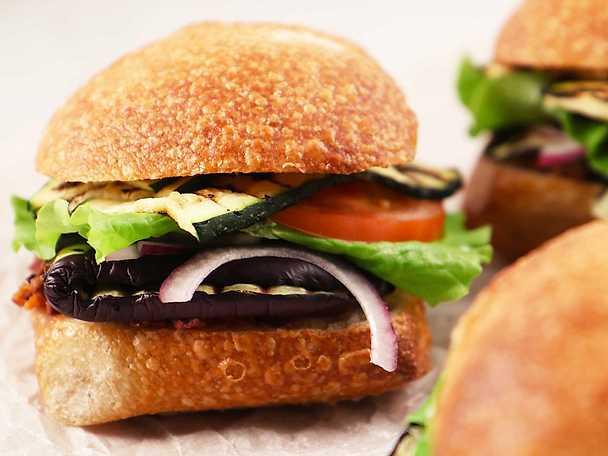 Pan bagnat med aubergine, zucchini och oliver - Siri Barjes recept