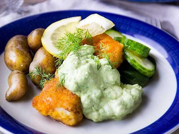 Panerad fisk med majonnässås på, avokado och citron