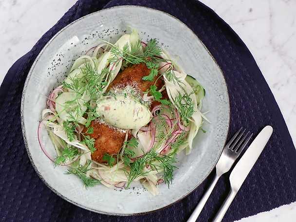 Panerad torsk med ansjovissmör, fänkål och gurka