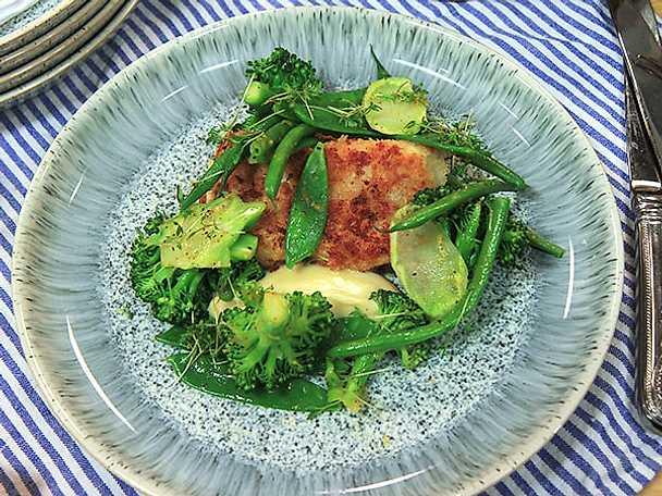 Panerad torsk med dijonmajonnäs och gröna grönsaker