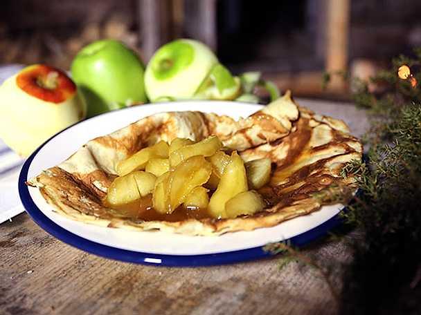 Pannkakor med flamberade äpplen