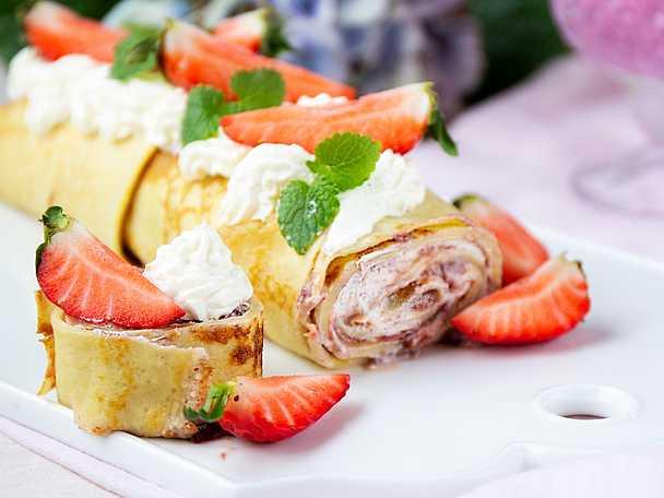 Pannkaksrulltårta med jordgubbar och vaniljkräm