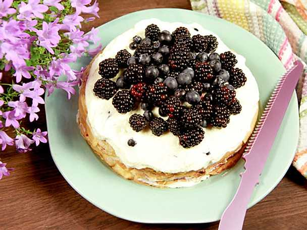 Pannkakstårta med blåbär och grädde