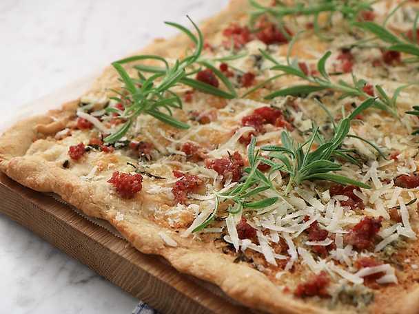 Paolos pizza med salsiccia, rosmarin och tre sorters ost