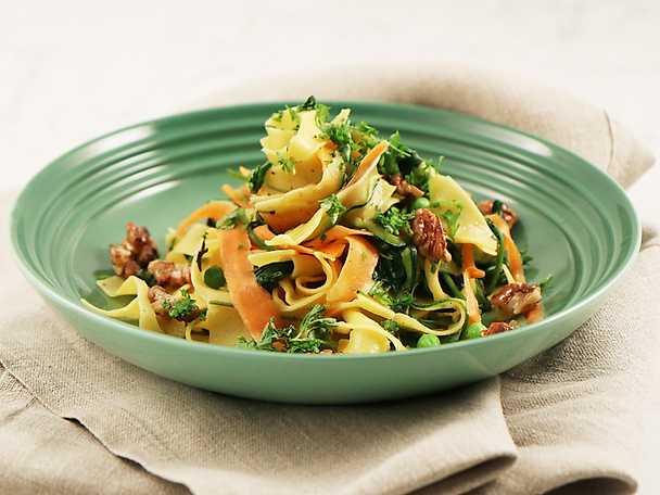 Pappardelle med färska grönsaker och valnötter
