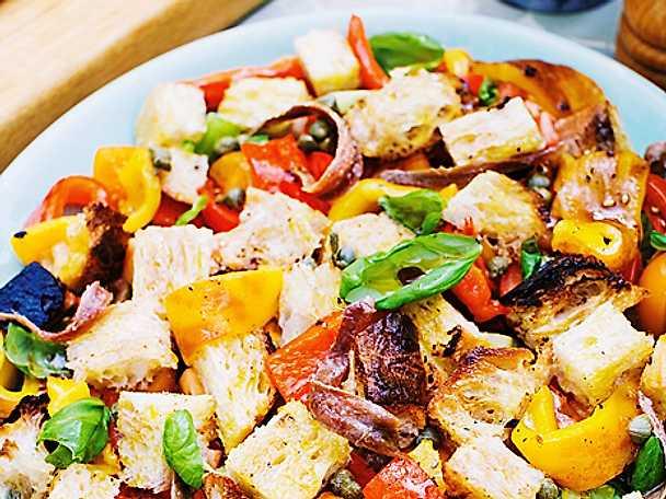 Paprika- och brödsallad med tomat
