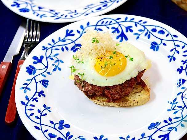 Parisare med stekt ägg och pepparrot