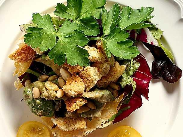 Parmesankorg med caesarkrutonger och pinjenötter