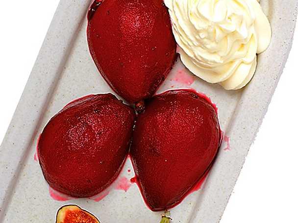 Päron i svartvinbärssås med grädde och färska fikon